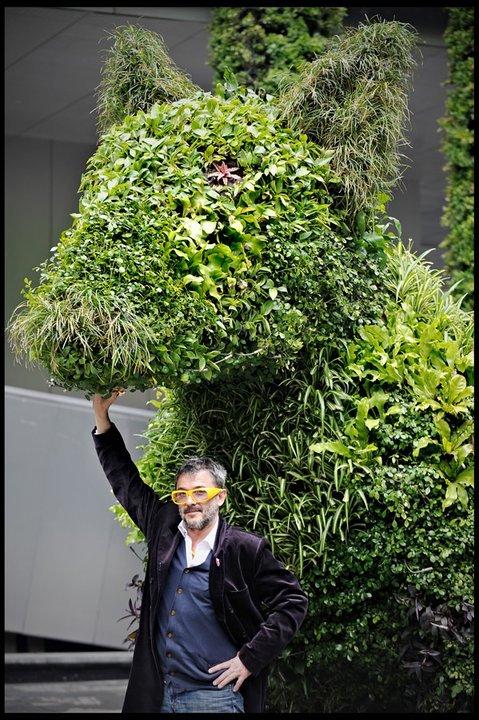 Aurèle_et_-The_LostDogCO2-,_sculpture_en_plantes_dépolluantes_présentée_au_pavillon_français_de_l'Exposition_universelle_de_Shanghai,_Chine,_2010