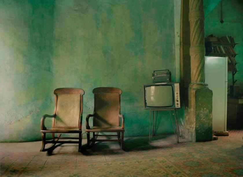 54e5ac43a39eetwo_chairs_with_tv_2_havana2